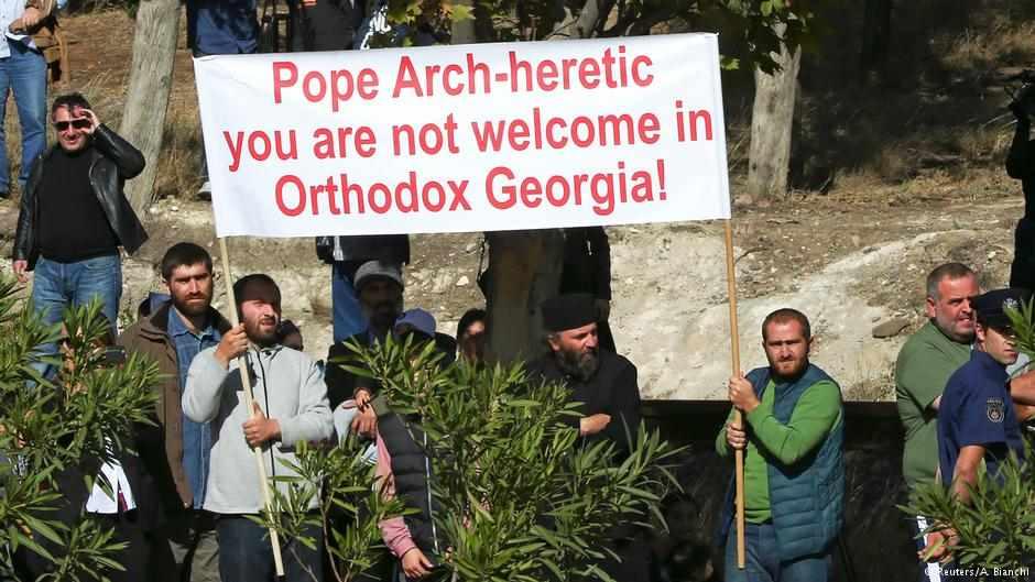 """Întimpinarea papei de către poporul binecredincios: """"Arhieretice papă, nu eşti binevenit în Georgia Ortodoxă"""""""